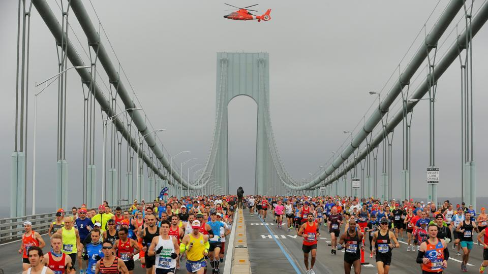 The first wave of runners make their way across the Verrazano-Narrows Bridge during the start of the New York City Marathon in New York, US on November 5, 2017. (Lucas Jackson / REUTERS)