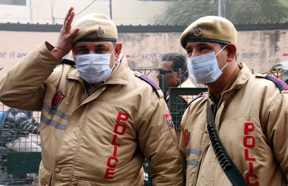 Policemen wearing masks amidst smog in Bathinda. (Sanjeev Kumar/HT)