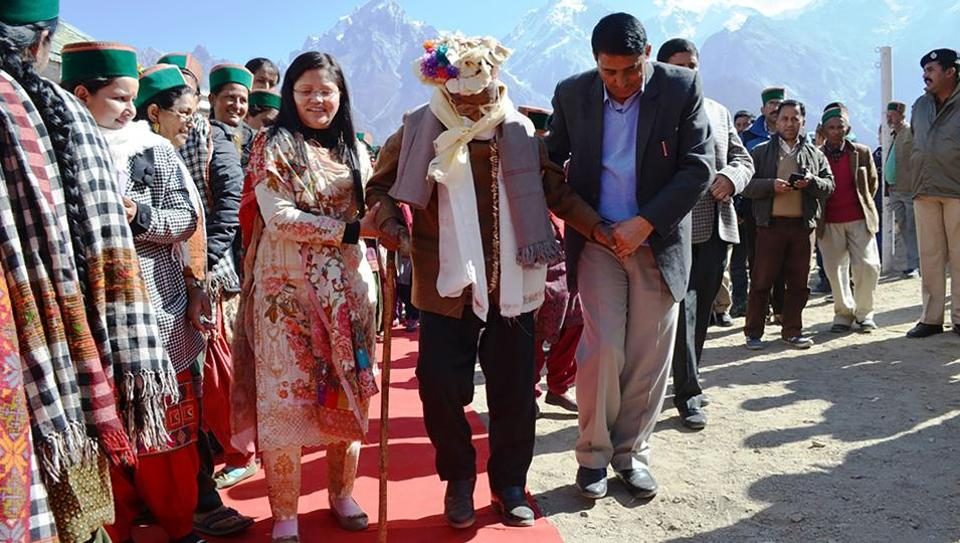 Independent India's first voter Shyam Saran Negi (C), arrives to cast his ballot in the Himachal Pradesh state elections in Kalpa, on November 9, 2017. 100-year-old Shyam Saran Negi walked the red carpet to a polling booth in a remote Himalayan village to retain his record of voting in every Indian election since independence in 1947.  (STR / AFP)