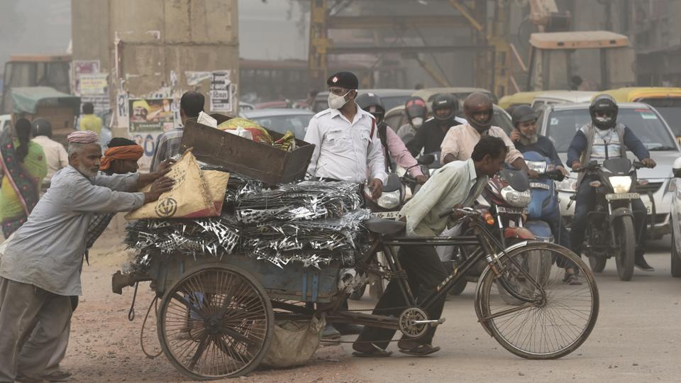 About 5, 700 traffic personnel in Delhi are on duty on the roads at any given point of time and the air pollution really hits them hard. Many hope that the odd-even drive will bring some respite to their situation.  (Sanchit Khanna / HT Photo)