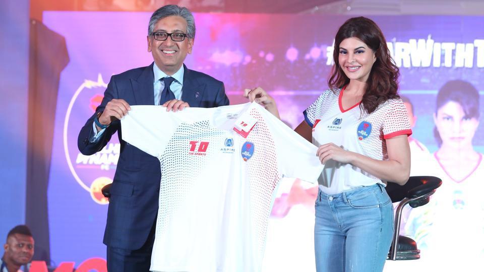Delhi Dynamos' brand ambassador Jacqueline Fernandez (R) was present to unveil the club's home kit for the 2017/18 Indian Super League season.