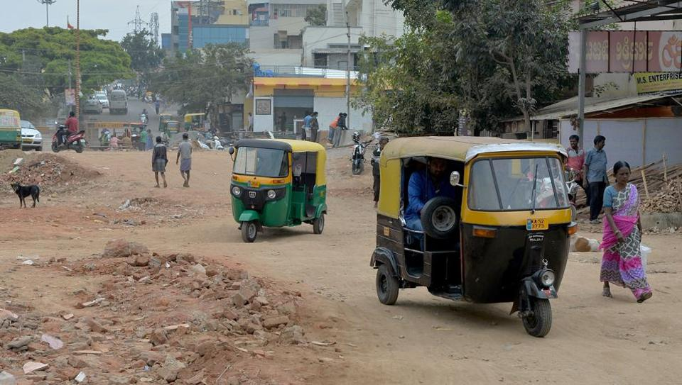 This photograph taken on November 1, 2017 shows rickshaws negotiating their way along a bumpy, unasphalted stretch of road in Bangalore. It is described as India's answer to Silicon Valley but the tech hub of Bangalore, known for its start-up culture and entrepreneurism, is struggling to solve an age-old problem: potholes.  (Manjunath Kiran / AFP)