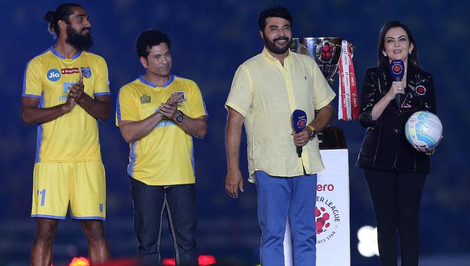 Mammootty hands over the match-ball to Nita Ambani during the opening ceremony. (ISL / SPORTZPICS)