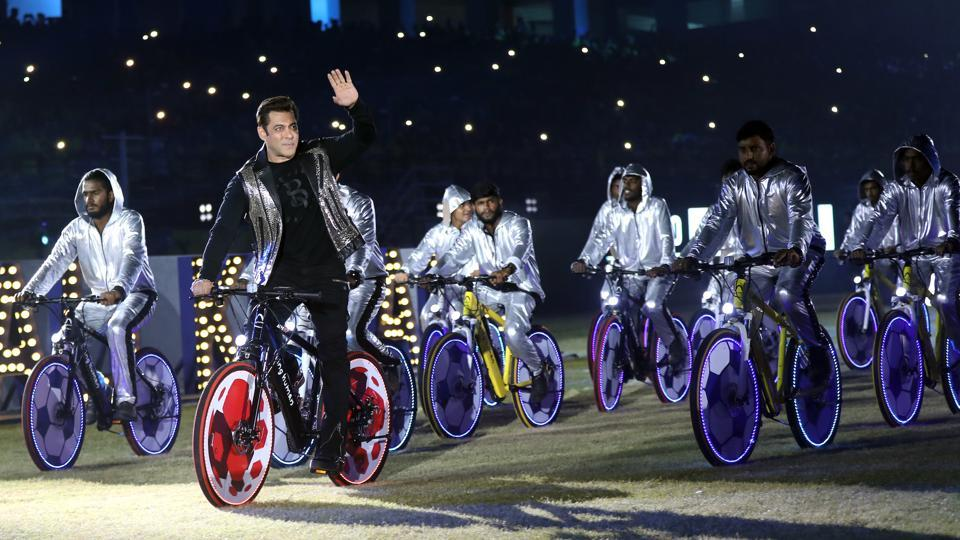 Salman Khan makes a dramatic entry for the opening ceremony of Indian Super League. (ISL / SPORTZPICS)