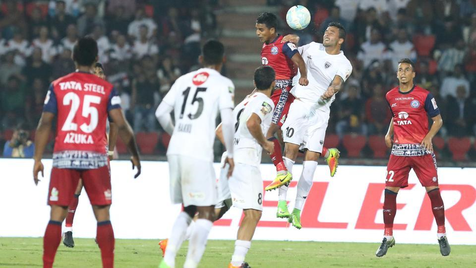 The sending off livened up the game to an extent.  (ISL / SPORTZPICS)