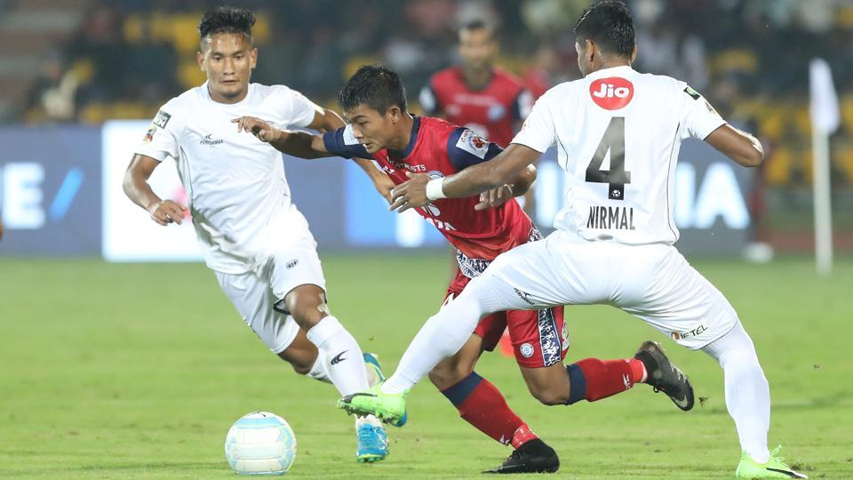 Jerry Mawhmingthanga of Jamshedpur FC fights for the ball.  (ISL / SPORTZPICS)
