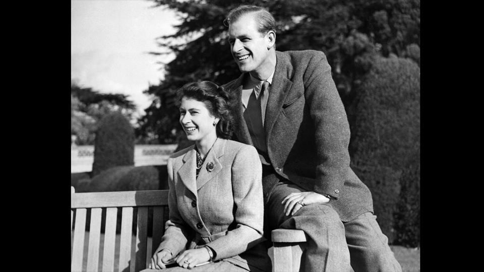 Queen Elizabeth II and her husband pose during their honeymoon on November 25, 1947 in Broadlands estate, Hampshire. (AFP Photo)