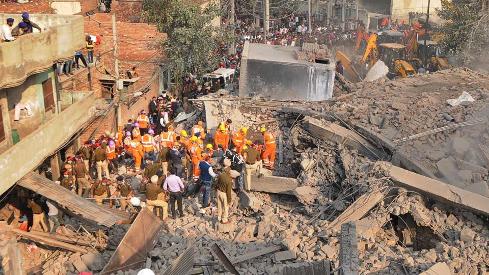Police, NDRF and Army personnel carrying out the rescue operation after a multi-storey building collapsed in Mushtaq Gunj area near Suffian Chowk, Ludhiana on Monday. (Gurpreet Singh/HT)