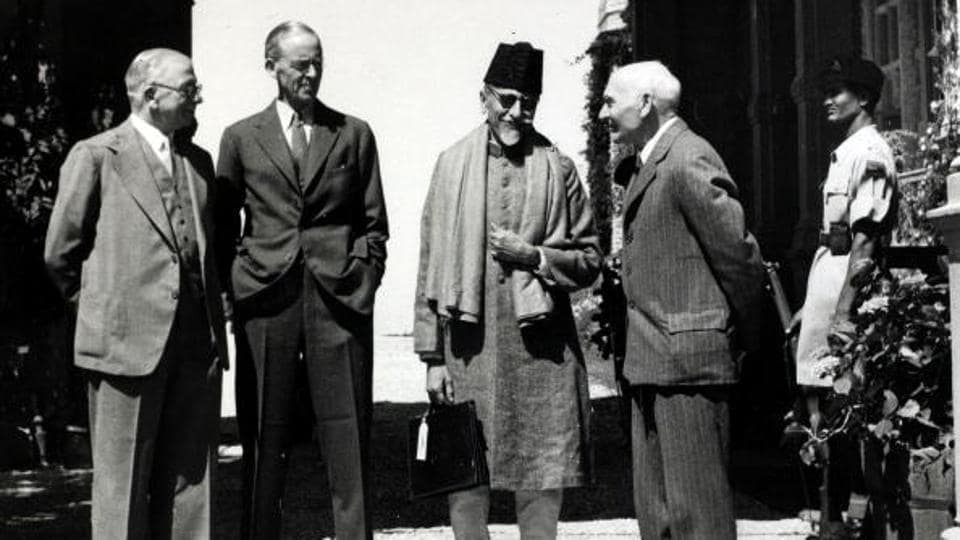 Congress leader Maulana Abul Kalam Azad (second right) talking with the British Cabinet Mission, left-right: Lord Pethwick-Lawrence (right) Mr Alexander (left) and Sir Stafford Cripps, 1946.