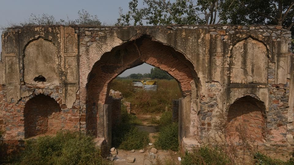 The 17th century Mehram Nagar caravanserai once comforted weary travellers. Today its ruins stand crumbling, wedged between Mehram Nagar village on one side and the Indira Gandhi Airport on the other. A jurisdiction dispute between government agencies has brought to a halt conservation efforts aimed at the decaying monument. (Vipin Kumar / HT Photo)