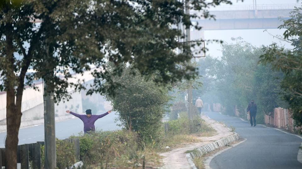 On Thursday the minimum temperature in Delhi was 9.4 degrees, a marginal dip from the 9.6 degree Celsius recorded a day earlier. But that has not deterred residents in Delhi from going about their daily fitness regimen.   (Sushil Kumar / HT Photo)