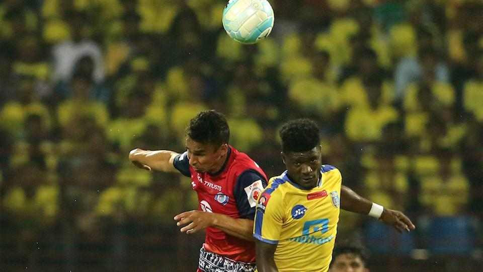Emerson Gomes De Moura of Jamshedpur FC and Courage Pekuson of Kerala Blasters FC in action during the Indian Super League match.  (ISL / SPORTZPICS)