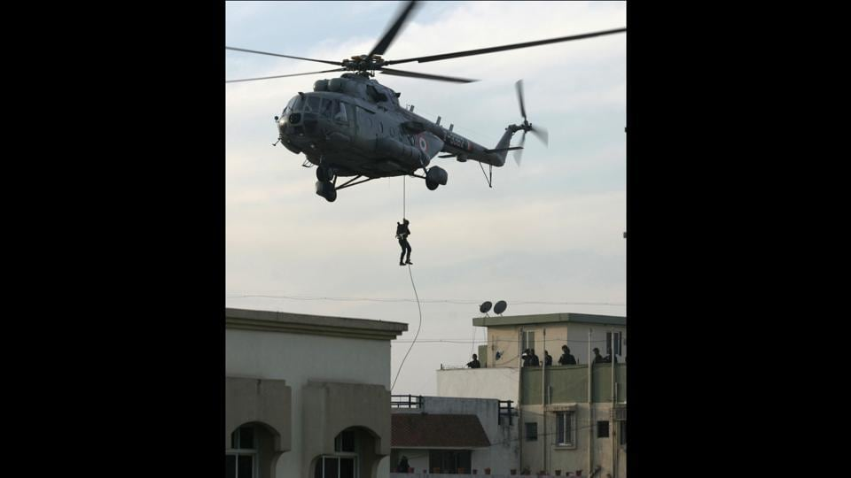 Military personnel abseiling from a helicopter. Special forces stormed a Jewish centre in Mumbai  as part of efforts to end a hostage crisis and flush out remaining Islamic militants behind the audacious assault. (Satish Bate / HT Photo)