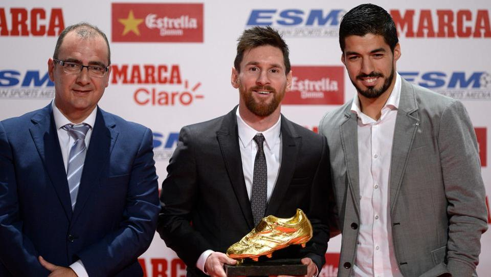 Lionel Messi poses with Luis Suarez (R) and Marca newspaper director Juan Ignacio Gallardo after receiving the 2017 European Golden Shoe.  (AFP)