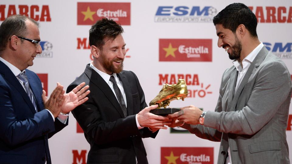 Lionel Messi receives the 2017 European Golden Shoe from his Barcelona teammate Luis Suarez.  (AFP)