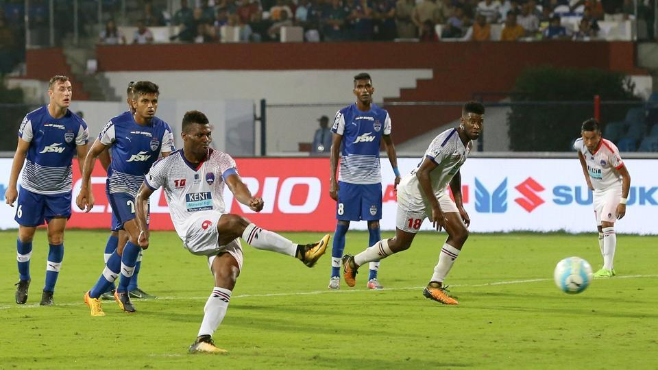 Kalu Uche scored from he penalty spot to give Delhi a glimmer of hope late in the game. (ISL / SPORTZPICS)