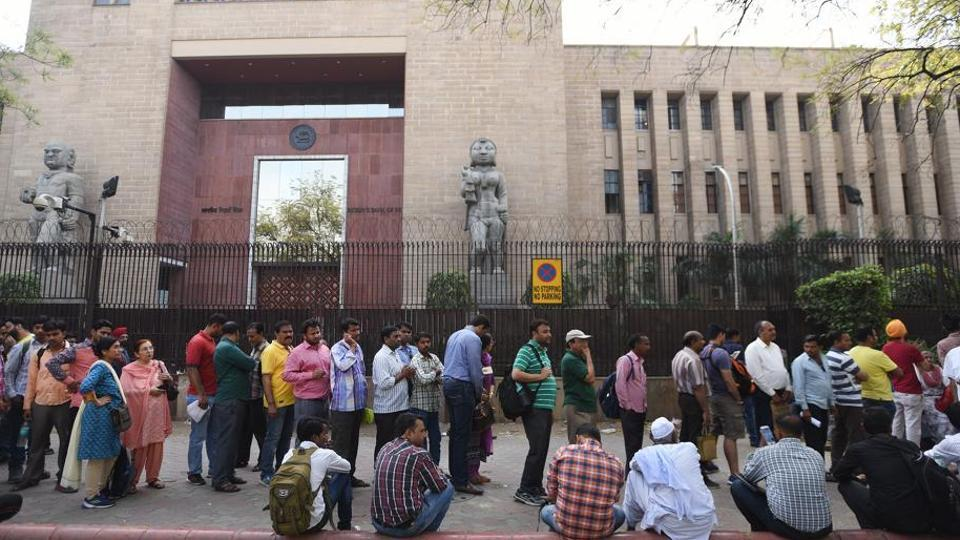Poeple stand in a queue outside the Reserve Bank of India to submit their old banknotes. The Modi government announced demonetisation on November 8, 2016.