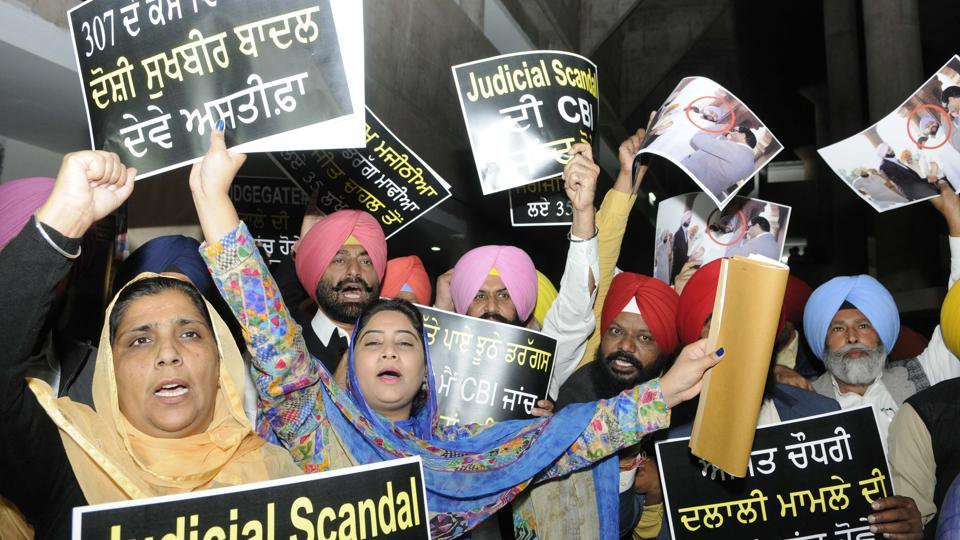 Punjab AAP leader Sukhpal Khaira and Lok Insaf Party (LIP) leader Simarjit Singh Bains, along with other senior leaders, protesting outside Punjab Vidhan Sabha in Chandigarh on Tuesday.  (Keshav Singh/HT)