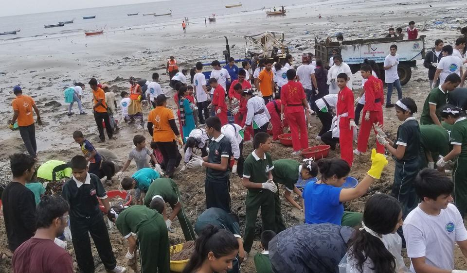 A photo of the beach clean-up uploaded by Afroz Shah on his Twitter account.