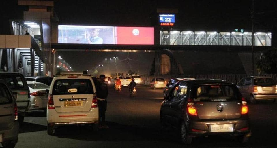 The PWD has directed the Lucknow Municipal Corporation to remove LCD screens from the foot over ridge as they are distracting the drivers of vehicles.