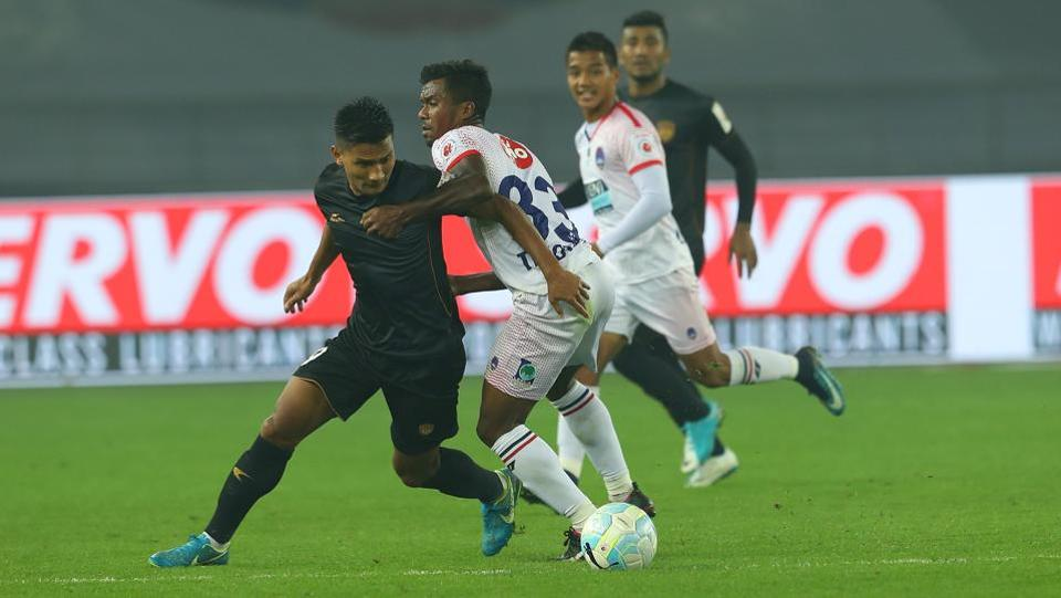 Seiminlen Doungel of NorthEast United battles with Munmun Timothy Lugun of Delhi Dynamos.  (ISL / SPORTZPICS)