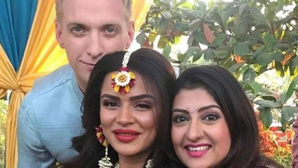 Actor Juhi Parmar poses with newly weds Aashka Goradia and Brent Goble.