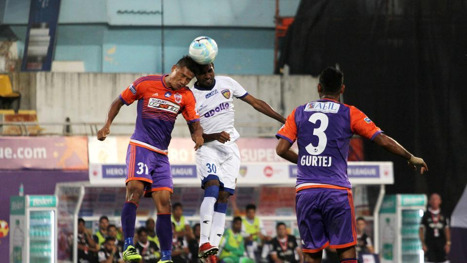 Chennaiyin FC and FC Pune City players vie for the ball. (ISL / SPORTZPICS)