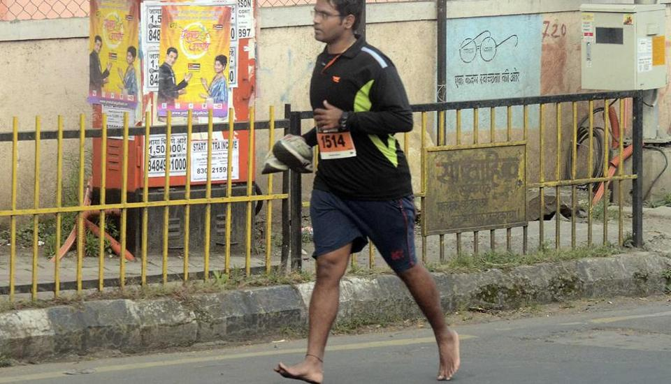 A man runs barefoot during the marathon on Sunday. The Pune International Marathon, once the blue-ribbon event of the city's sporting calendar and a marathon that had gained an international reputation drawing the best long-distance runners in the world, has fallen on hard times. (Ravindra Joshi/HT PHOTO)