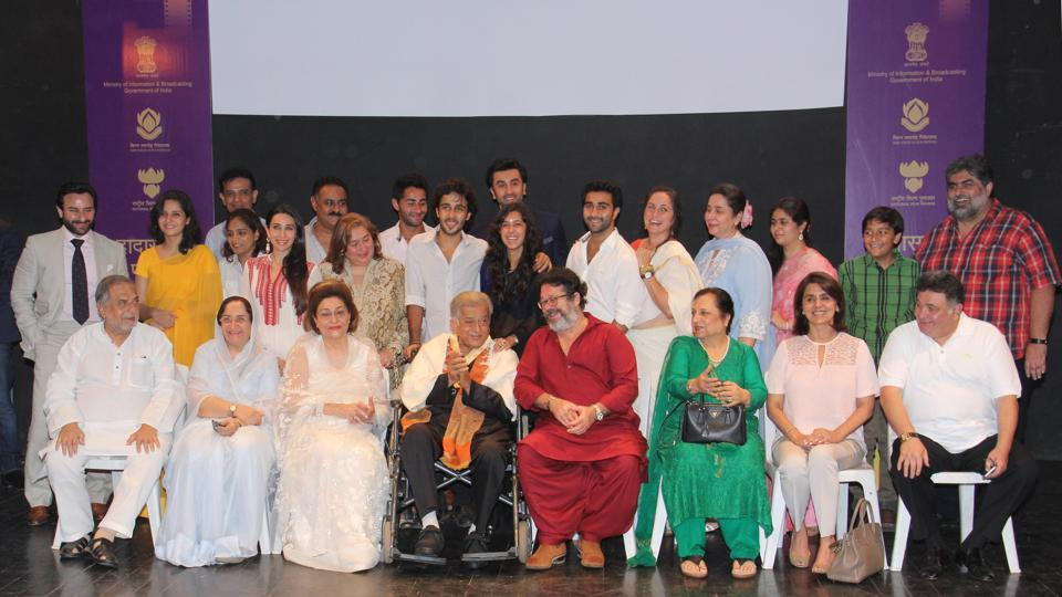 Kapoor family poses for a picture during the Dadasaheb Phalke award ceremony in Mumbai. Shashi Kapoor will remain a visionary for a film industry that normally doesn't dare to go beyond the mathematics of box office.  (HT Photo)