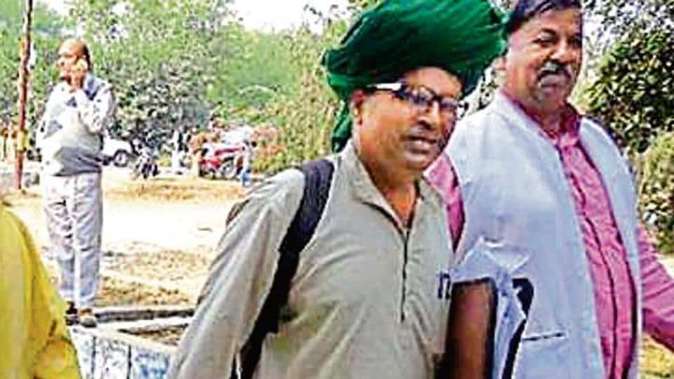 Prof Pal (in green turban) with his supporter (extreme left) carrying the bag of coins worth Rs 15,000.