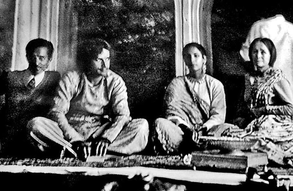 (Left to right) Lucknow based historian Yogesh Praveen with actor Shashi Kapoor, Shabana Azmi and Jennifer Kendal during the shooting of Junoon.