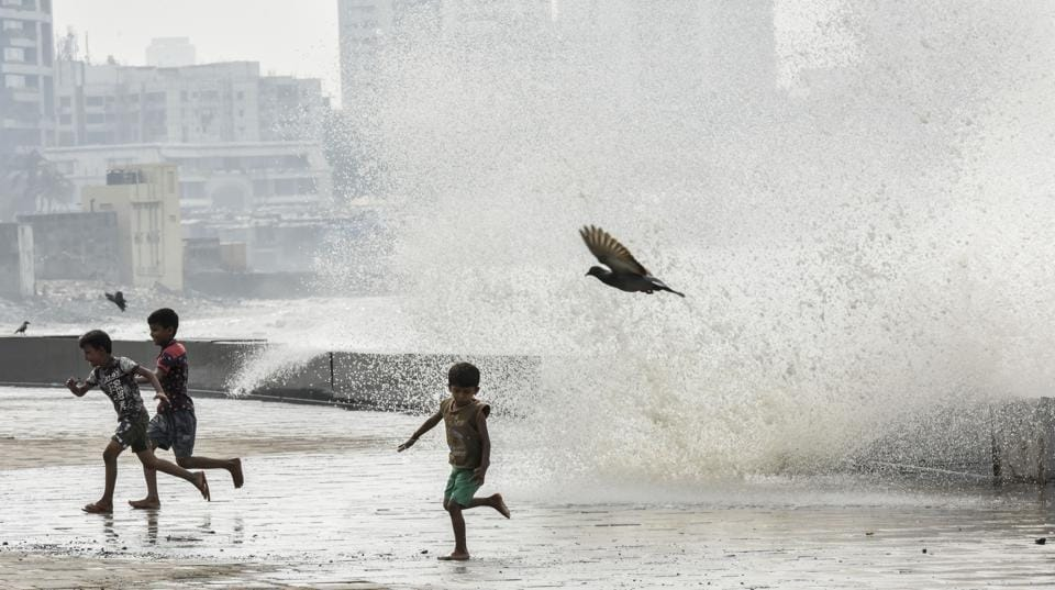 Children run from high tide caused by cyclone Ockhi at Worli Seaface in Mumbai.  (Kunal Patil / HT Photo)