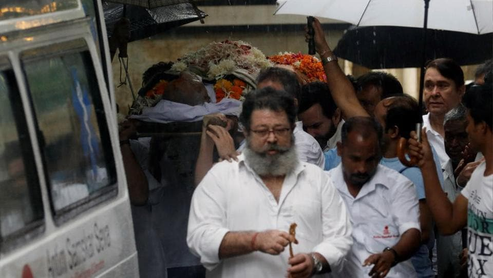 Shashi Kapoor's son Kunal Kapoor (front) and other relatives carry his body to an ambulance before his funeral in Mumbai, Maharashtra on December 5, 2017. Bollywood celebrities such as Amitabh Bachchan, Shah Rukh Khan, Sanjay Dutt and Anil Kapoor paid their last respects to the actor at his funeral on Tuesday. (Danish Siddiqui / REUTERS)