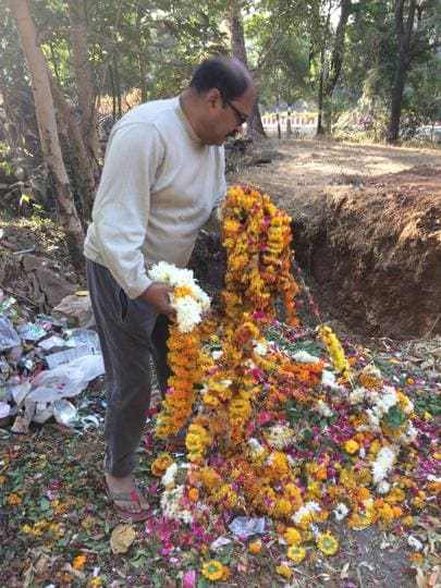 Neemuch CMO dumping flowers, coconut etc offered at temples at a pit on premises of his official bungalow.