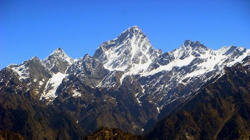 Auli is a less known but beautiful winter destination where thick snow blankets the entire town and paints it white.