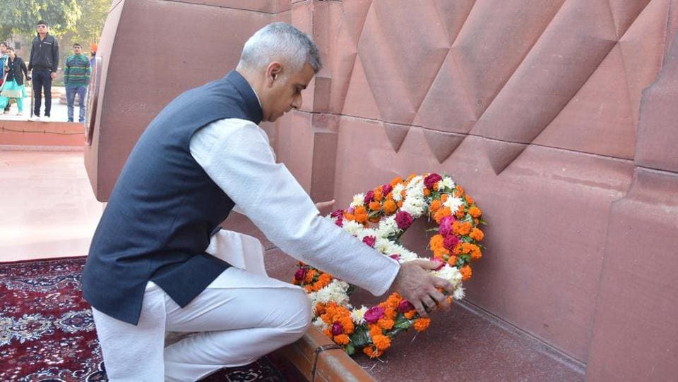 Sadiq Khan laying  wreath to pay tribute to martyrs at Jallianwala Bagh. (Sameer Sehgal/HT)