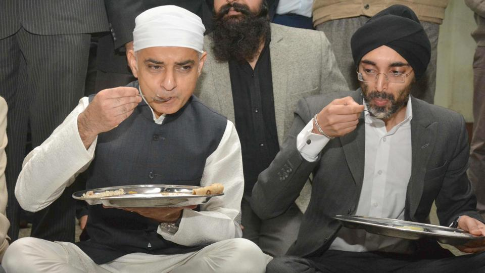 Sadiq Khan praised the hospitality at the Golden Temple and had food in the Langar hall.   (Sameer Sehgal/HT)