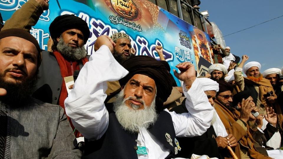 Khadim Hussain Rizvi (C), leader of Tehreek-e-Labbaik, at a protest, Faizabad junction, Islamabad, Pakistan, November 27, 2017