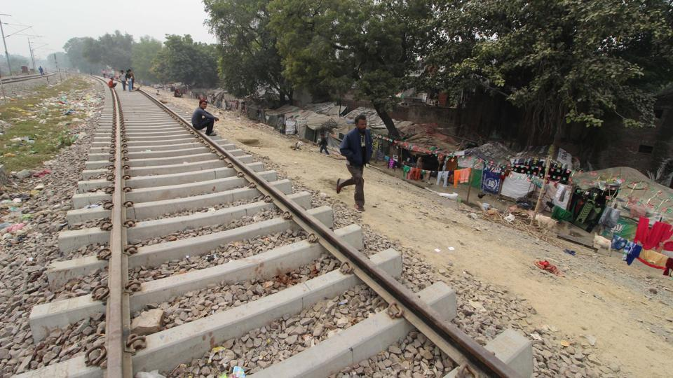 Uttar Pradesh,Slums,Railway tracks