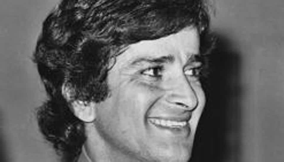 Shashi Kapoor's fans paid tribute to him at Alaknanda Ganga ghat by observing two-minute silence and praying to deity Ganga for solace to his soul and also remembered his connection with Haridwar.