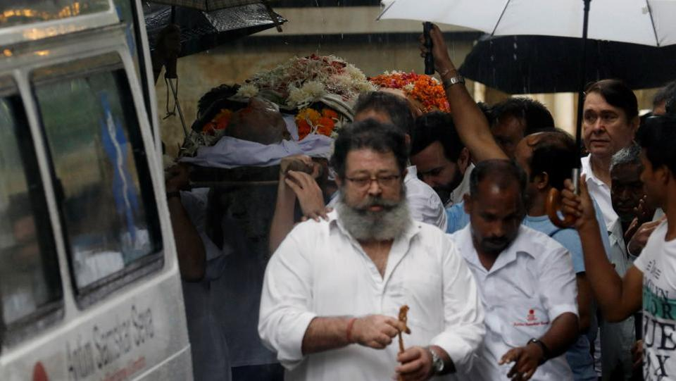 Shashi Kapoor's son Kunal Kapoor (front) and other relatives carry his body to an ambulance before his funeral in Mumbai, Maharashtra on December 5, 2017. Bollywood celebrities  Amitabh Bachchan, Shah Rukh Khan, Sanjay Dutt and Anil Kapoor were also present to pay their last respects to the actor at his funeral on Tuesday.  (Danish Siddiqui / REUTERS)