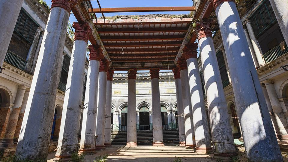 Inside the Goswami palace in Serampore. Around the same time as the Danes came to the town, the founder of the Goswami family, Ramgovinda, settled in the western part of the town.  (Burhaan Kinu / HT Photo)
