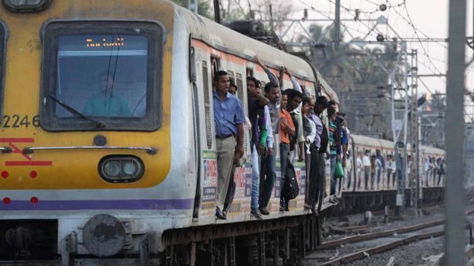 MUMBAI TRAINS,MUMBAI TRAIN ACCIDENT,KALWA ACCIDENT
