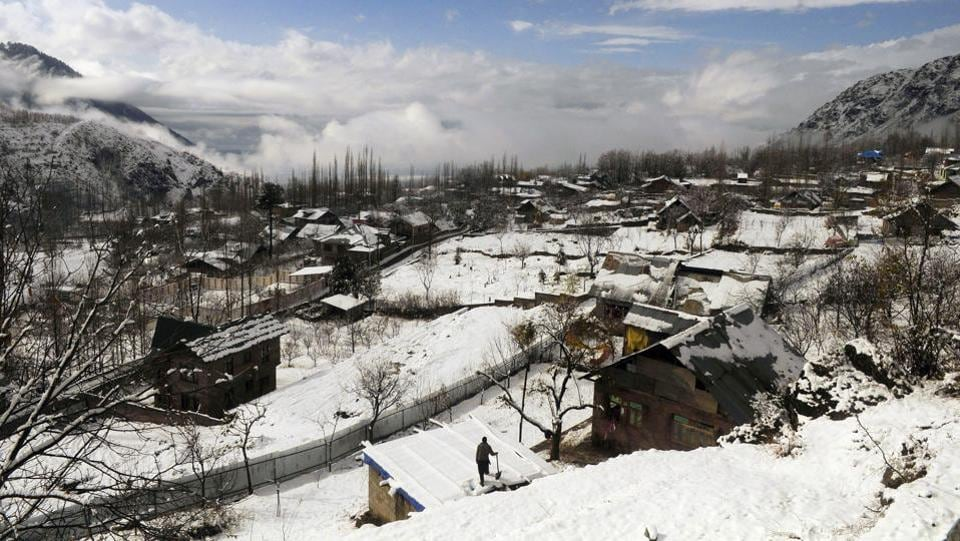"Residents in Srinagar were happy to see snow blanketing the landscape in the morning. ""This is Kashmir. Without snow the landscape looks orphaned,"" said Nisar Hussain, a retired chief engineer who lives in Gogjibagh. (Waseem Andrabi / HT Photo)"