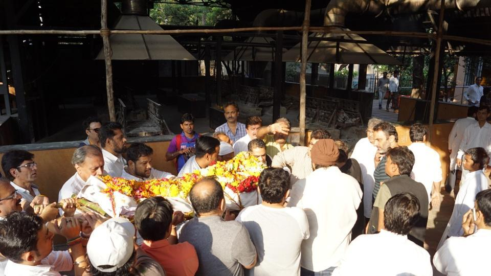 Mortal remains of actor, writer and director Neeraj Vora being taken for cremation in Mumbai on Dec 14, 2017.