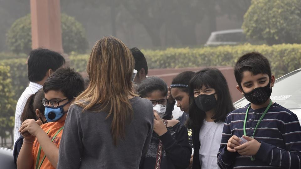 Children cover their faces with masks due to dense smog, New Delhi, India, November 12, 2017 (Sonu Mehta/HT)