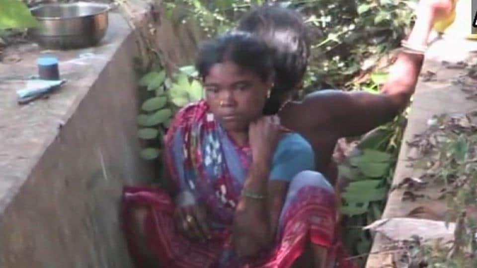 Tribal woman,Odisha woman,Delivers near drain