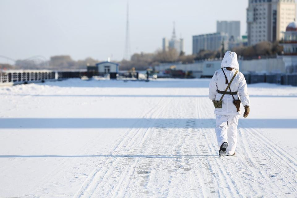 This photo taken on December 10, 2017 shows a Chinese soldier patrolling in the snow along the border with Russia in Heihe in China's northeastern Heilongjiang province. Border guards operate in temperatures as low as -33 Celcius. / AFP PHOTO / - / China OUT