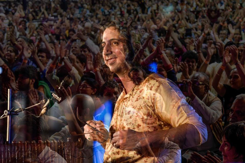 A multi-exposure shot of Abhay Sopori playing the cantor to an applauding crowd on the fourth day of the 65th Sawai Gandharva Bhimsen Mahotsav at Ramanbag on Saturday.  (Sanket Wankhade/HT PHOTO)