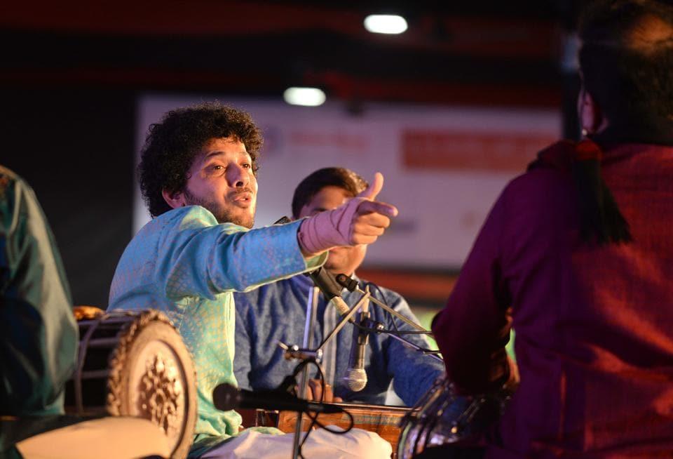 Mahesh Kale performing on the fifth day of the 65th Sawai Gandharva Bhimsen Mahotsav on Ramanbaug on Sunday. (Ravindra Joshi/HT PHOTO)